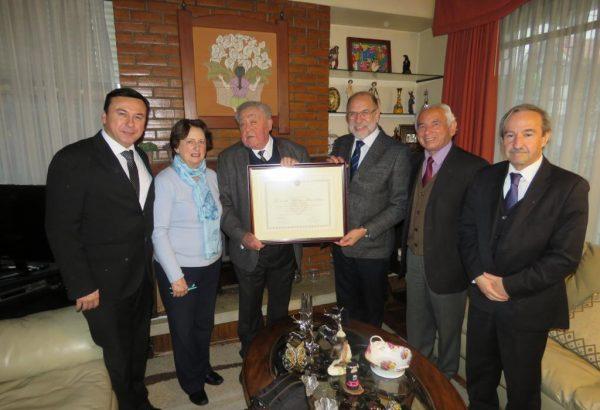 Profesor Emérito Ricardo Merino recibió reconocimiento del Gran Maestro de la Gran Logia de Chile