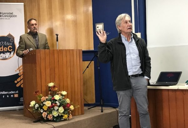 "Expositor realiza charla sobre ""Galápagos: Historia Natural y Conservación"""