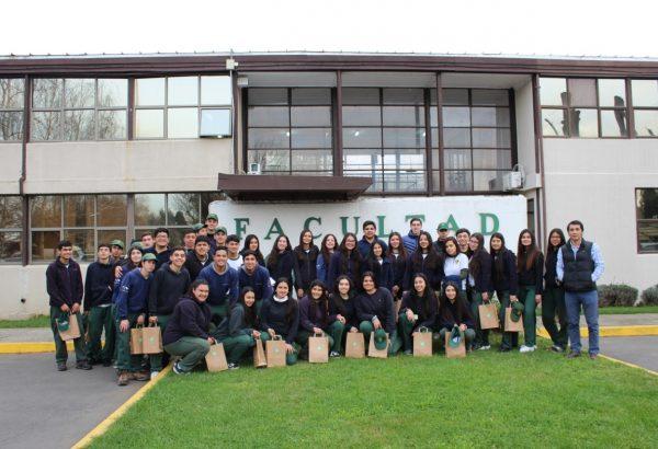 Alumnos del Liceo Bicentenario Politécnico Aquelarre realizaron gira de estudio a la Facultad